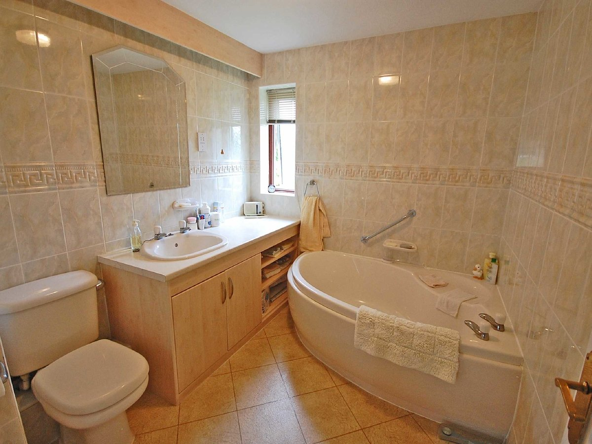 4 bedroom  Bungalow for sale in Gloucestershire - Slide-8